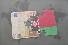 imbarazzi con la bandiera nazionale della Bielorussia e di euro banconota su un fondo della mappa di mondo Immagini Stock Libere da Diritti