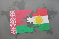imbarazzi con la bandiera nazionale della Bielorussia e di Kurdistan su una mappa di mondo Immagini Stock