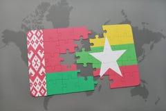 imbarazzi con la bandiera nazionale della Bielorussia e di myanmar su una mappa di mondo Fotografie Stock Libere da Diritti