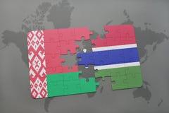 imbarazzi con la bandiera nazionale della Bielorussia e della Gambia su una mappa di mondo Fotografie Stock Libere da Diritti