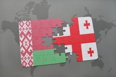 imbarazzi con la bandiera nazionale della Bielorussia e della Georgia su un fondo della mappa di mondo Fotografia Stock