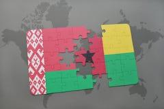 imbarazzi con la bandiera nazionale della Bielorussia e della Guinea-Bissau su una mappa di mondo Immagini Stock
