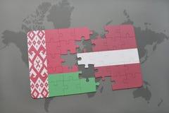 imbarazzi con la bandiera nazionale della Bielorussia e della Lettonia su un fondo della mappa di mondo Fotografia Stock