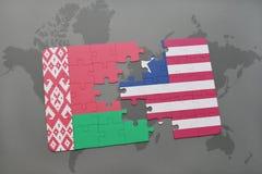 imbarazzi con la bandiera nazionale della Bielorussia e della Liberia su una mappa di mondo Fotografia Stock