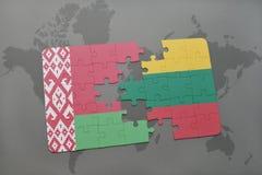 imbarazzi con la bandiera nazionale della Bielorussia e della Lituania su un fondo della mappa di mondo Fotografia Stock