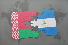 imbarazzi con la bandiera nazionale della Bielorussia e della Nicaragua su una mappa di mondo Immagine Stock