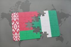 imbarazzi con la bandiera nazionale della Bielorussia e della Nigeria su una mappa di mondo Fotografia Stock Libera da Diritti