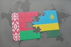imbarazzi con la bandiera nazionale della Bielorussia e della Ruanda su una mappa di mondo Immagine Stock