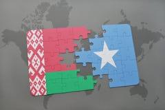 imbarazzi con la bandiera nazionale della Bielorussia e della Somalia su una mappa di mondo Fotografia Stock