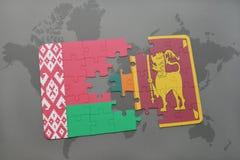 imbarazzi con la bandiera nazionale della Bielorussia e della Sri Lanka su una mappa di mondo Immagine Stock