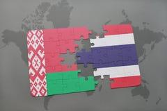 imbarazzi con la bandiera nazionale della Bielorussia e della Tailandia su una mappa di mondo Fotografie Stock Libere da Diritti