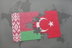 imbarazzi con la bandiera nazionale della Bielorussia ed il tacchino su un fondo della mappa di mondo Fotografie Stock Libere da Diritti