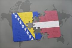 imbarazzi con la bandiera nazionale della Bosnia-Erzegovina e della Lettonia su un fondo della mappa di mondo Fotografia Stock Libera da Diritti