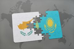imbarazzi con la bandiera nazionale della Cipro e del Kazakistan su un fondo della mappa di mondo Fotografia Stock