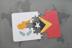 imbarazzi con la bandiera nazionale della Cipro e del Timor Est su una mappa di mondo Immagine Stock Libera da Diritti