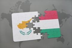 imbarazzi con la bandiera nazionale della Cipro e dell'Ungheria su un fondo della mappa di mondo Immagine Stock Libera da Diritti