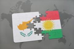 imbarazzi con la bandiera nazionale della Cipro e di Kurdistan su una mappa di mondo Immagini Stock