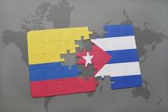 imbarazzi con la bandiera nazionale della Colombia e della Cuba su un fondo della mappa di mondo Fotografia Stock