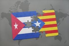imbarazzi con la bandiera nazionale della Cuba e della Catalogna su un fondo della mappa di mondo Fotografia Stock Libera da Diritti