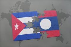 imbarazzi con la bandiera nazionale della Cuba e del Laos su un fondo della mappa di mondo Fotografie Stock Libere da Diritti