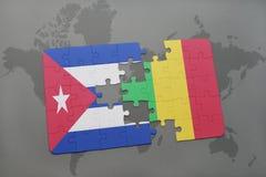 imbarazzi con la bandiera nazionale della Cuba e del Mali su un fondo della mappa di mondo Fotografie Stock Libere da Diritti