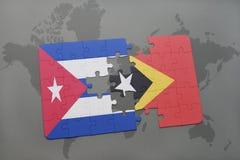 imbarazzi con la bandiera nazionale della Cuba e del Timor Est su un fondo della mappa di mondo Fotografie Stock Libere da Diritti