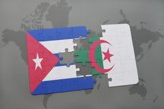 imbarazzi con la bandiera nazionale della Cuba e dell'Algeria su un fondo della mappa di mondo Immagine Stock Libera da Diritti