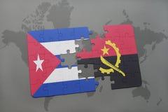 imbarazzi con la bandiera nazionale della Cuba e dell'Angola su un fondo della mappa di mondo Immagine Stock Libera da Diritti