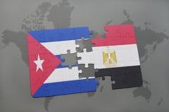 imbarazzi con la bandiera nazionale della Cuba e dell'egitto su un fondo della mappa di mondo Fotografia Stock