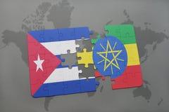 imbarazzi con la bandiera nazionale della Cuba e dell'Etiopia su un fondo della mappa di mondo Fotografia Stock Libera da Diritti