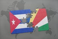 imbarazzi con la bandiera nazionale della Cuba e delle Seychelles su un fondo della mappa di mondo Fotografie Stock