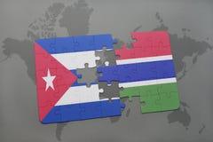 imbarazzi con la bandiera nazionale della Cuba e della Gambia su un fondo della mappa di mondo Fotografie Stock Libere da Diritti