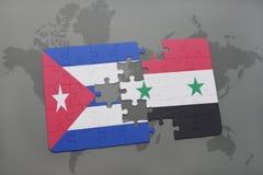 imbarazzi con la bandiera nazionale della Cuba e della Siria su un fondo della mappa di mondo Fotografia Stock