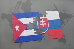 imbarazzi con la bandiera nazionale della Cuba e della Slovacchia su un fondo della mappa di mondo Immagini Stock