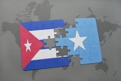 imbarazzi con la bandiera nazionale della Cuba e della Somalia su un fondo della mappa di mondo Fotografia Stock