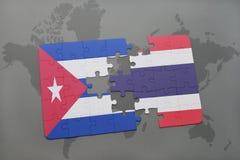 imbarazzi con la bandiera nazionale della Cuba e della Tailandia su un fondo della mappa di mondo Immagini Stock Libere da Diritti