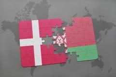 imbarazzi con la bandiera nazionale della Danimarca e della Bielorussia su un fondo della mappa di mondo Fotografie Stock Libere da Diritti