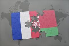 imbarazzi con la bandiera nazionale della Francia e della Bielorussia su un fondo della mappa di mondo Immagine Stock