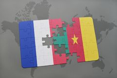 imbarazzi con la bandiera nazionale della Francia e del Cameroun su un fondo della mappa di mondo Immagine Stock Libera da Diritti