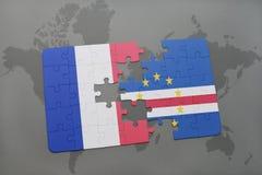 imbarazzi con la bandiera nazionale della Francia e del Capo Verde su un fondo della mappa di mondo Immagini Stock