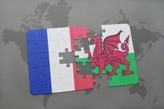 imbarazzi con la bandiera nazionale della Francia e del Galles su un fondo della mappa di mondo Immagine Stock Libera da Diritti