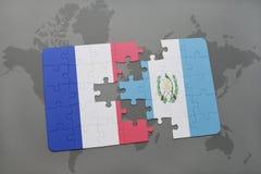 imbarazzi con la bandiera nazionale della Francia e del Guatemala su un fondo della mappa di mondo Fotografia Stock