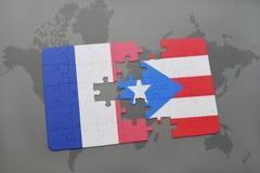 imbarazzi con la bandiera nazionale della Francia e del Porto Rico su un fondo della mappa di mondo Fotografia Stock