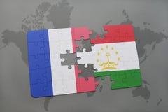 imbarazzi con la bandiera nazionale della Francia e del Tagikistan su un fondo della mappa di mondo Fotografie Stock