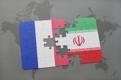 imbarazzi con la bandiera nazionale della Francia e dell'Iran su un fondo della mappa di mondo Fotografia Stock