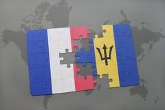 imbarazzi con la bandiera nazionale della Francia e delle Barbados su un fondo della mappa di mondo Fotografie Stock Libere da Diritti
