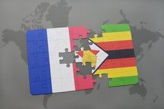 imbarazzi con la bandiera nazionale della Francia e dello Zimbabwe su un fondo della mappa di mondo Fotografia Stock