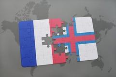 imbarazzi con la bandiera nazionale della Francia e di isole faroe su un fondo della mappa di mondo Immagini Stock