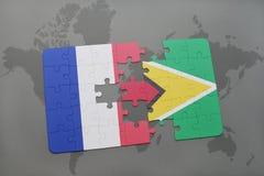 imbarazzi con la bandiera nazionale della Francia e della Guyana su un fondo della mappa di mondo Fotografia Stock Libera da Diritti
