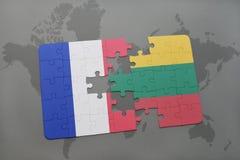 imbarazzi con la bandiera nazionale della Francia e della Lituania su un fondo della mappa di mondo Immagine Stock